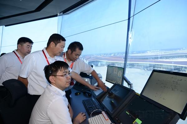 李健在大兴机场塔台管制室督导第二次综合演练指挥情况.jpg