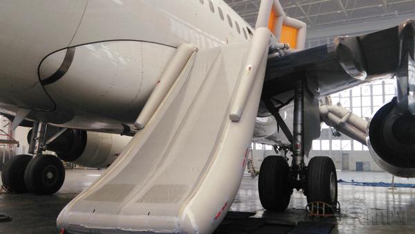 青岛航空顺利完成空客a320飞机滑梯抛放测试