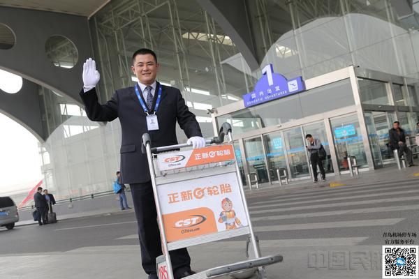 """青岛机场停车场""""机场代泊""""(纪亮/摄)"""