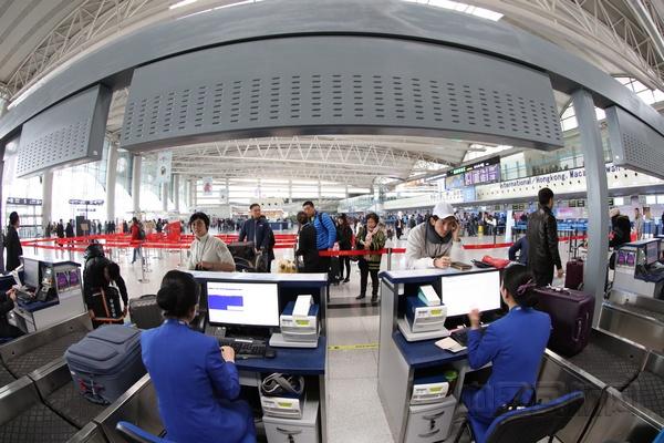 中国民航网讯:青岛至伦敦直航航线于2017年11月17日正式开通,实现了对英国航线市场开发的重要突破。青岛=伦敦航线也是山东省开通的首条直达英国的洲际航线,该航线由全新的空客A330双通道宽体机执飞,每周一、周五两班。12小时直达。近年来,青岛在国家的战略推进和经济社会的全面发展当中扮演越来越重要的角色。青岛机场,作为国家面向日韩和东北亚地区重要的门户枢纽机场,肩负的责任重大、使命光荣。 在市委、市政府的正确领导下,机场集团坚定不移走管理型机场道路,在新机场建设、洲际航线开发、国际化战略等方面实现历史性跨