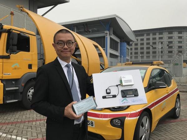 据香港《大公报》报道,香港国际机场每日除了逾千班航机升降,还有数千车辆在禁区范围内走动。为更有效掌握禁区内车辆的情况,机场管理局斥资设立车辆追踪系统,所有进入禁区车辆的位置、车速甚至燃料状况等,都可以在控制室一目了然,香港国际机场或是全球第一个统一为后勤车辆安装追踪系统的机场。 据介绍,系统年内更会开始测试利用人工智能进行资源调配,日后飞机未降落已经可以做好后勤车辆调度,提升运作效率。 香港机管局2015年开始建立车辆追踪系统,禁区内逾3600辆常规车辆,包括私家车、货车、接驳巴士等,安装定位装置,并要