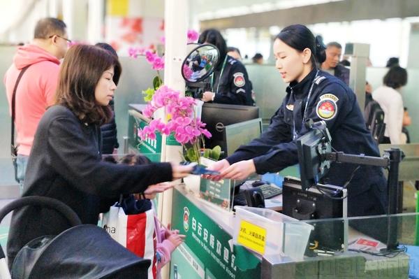 国门第一哨 春运高峰走近广州白云机场安检口