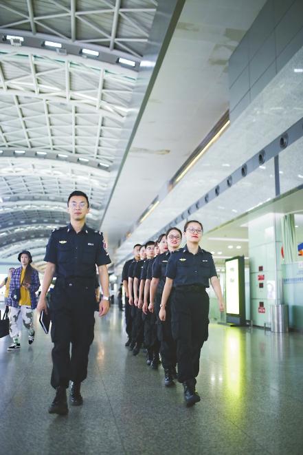 成都双流机场安检站旅检班组:让安全与真情同