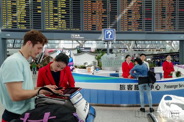 浦东机场旅客服务中心工作人员走出柜台主动服务旅客-2-钱擘摄.jpg