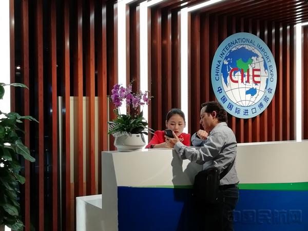 虹桥机场进博接待服务中心工作人员为旅客提供咨询-钱擘摄.jpg