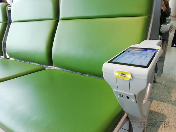 虹桥机场在航站楼内试点安装的智能扶手-钱擘摄.jpg