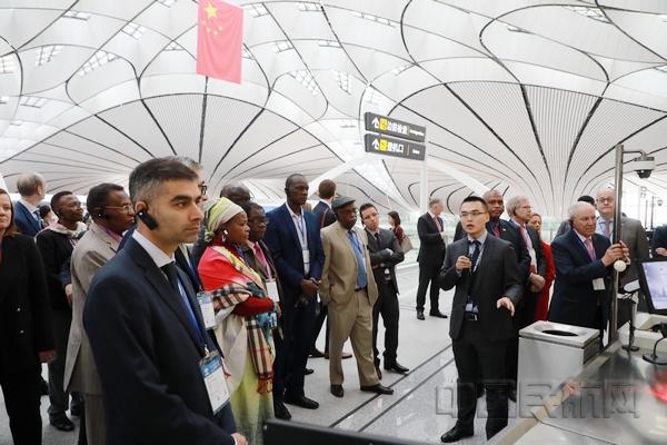 120余位驻华使节和国际代表参观北京大兴机场