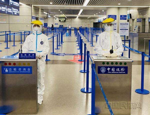 """上海机场边检民警""""大白""""的一天"""