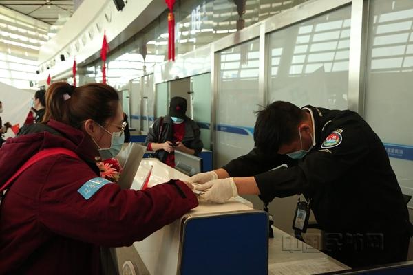 襄阳机场安检员深鞠躬感谢医疗队