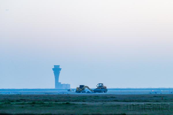 """航班淡季成维修旺季 浦东机场""""中年跑道""""重焕青春"""