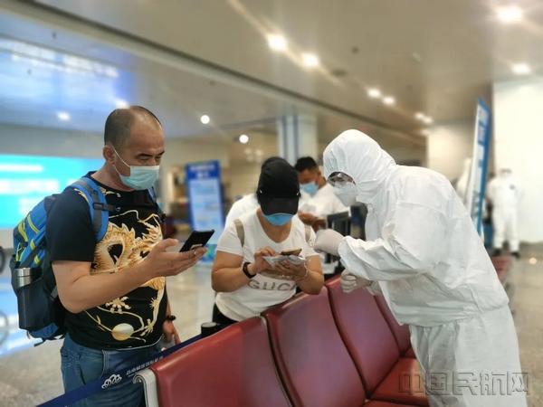 苏南机场防控人员:穿着防护服 从冬日坚守到暑期