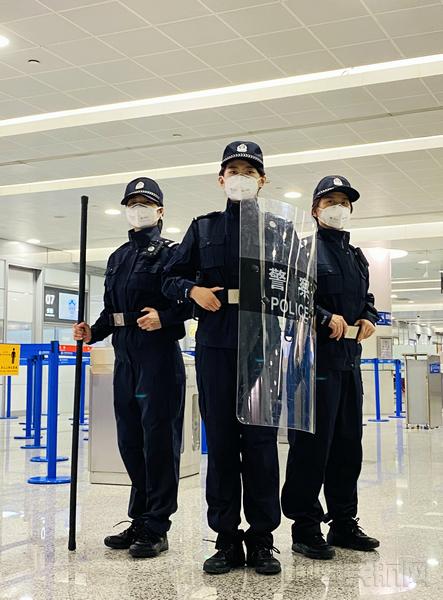 """执勤中的""""启航组""""女警-上海机场边检供图.jpg"""
