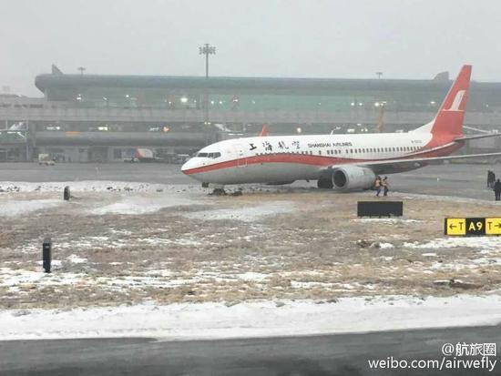 上航南航两架飞机在乌鲁木齐机场滑出跑道