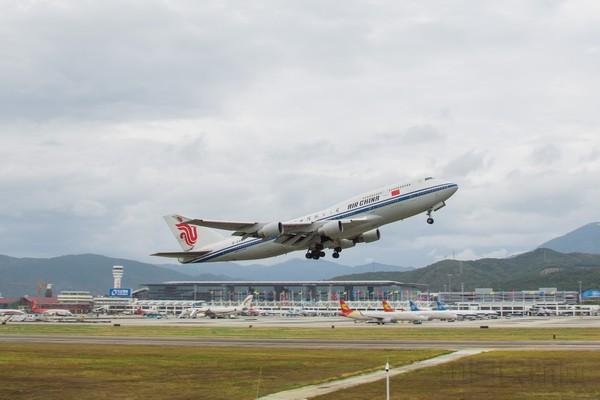 春运期间微笑为旅客服务的美兰机场人 中国民航网讯:为期40天的2017年春运大潮缓缓落下帷幕。从1月13日-2月21日,海航机场集团共执行运输航班4.1万架次、旅客吞吐量达652万人次、货邮行吞吐量达8.6万吨,分别同比增长10%,14%,9%,成绩喜人。 今年春运期间,海南宜人的气候及丰富的旅游资源为省内机场的航运带来了一片繁忙的景象:各航空公司纷纷通过加班、更换大机型等方式,不断加大在海南省内机场的运力投入。由于今年旅游流、探亲流和学生流高度重叠,美兰机场的多条进出港航线更是出现了班班爆满、一票难求