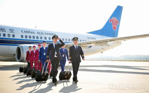 """南航河南公司飞行人员照片 中国民航网讯:笔者从南航河南航空有限公司获悉,从3月26日起,民航将执行夏秋航班计划。按照计划,南航河南航空将引进六架波音737-800型飞机,出售最后的三架波音737-300型飞机,新开郑州-阿克苏-喀什、银川-郑州-珠海、银川-郑州-普吉、深圳-郑州兰州航线,持续打造中原与西北""""一带一路""""的互联互通。 近年来,南航河南航空有限公司不断加大机队更新步伐,积极践行节能减排和低碳绿色的发展理念。在新的2017年夏秋航季中,南航河南航空有限公司计划将引进六架波音737-800型"""