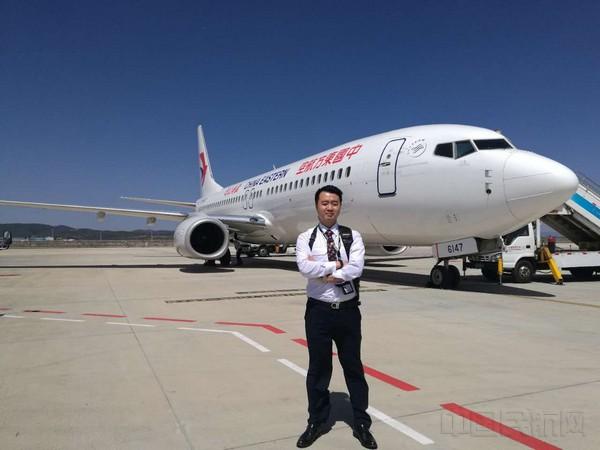 龚涛 他是一名业务过硬,经验丰富的航空安全员,八年飞行,8000小时无差错,他全力保障着每一个航班的安全;他是一名基层团支部书记,4年的团支部工作时间,他带领着支部的青年团员们不断学习,时刻发挥着青年团员的朝气。他也是一名分队长,4年的分队管理经验,让他逐步摸索出一套先进的数据管理方法;他还是部门新媒体《云岭蓝盾》微平台的创作者,将云岭蓝盾文化通过不同的方式推广开来。他就是东航百名优秀班组长,来自保卫部(空保管理部)的龚涛,大家都称他为工作多面咖,而立之年的他,为了梦想而不断的在努力前行。 八