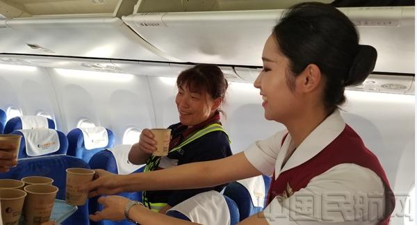 青岛大队安太强乘务组的姑娘们在清洁进入尾声的时候,连忙端来冰水,给