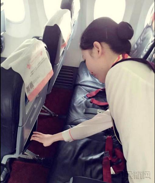乘务员清查客舱 7月19日晚,福州航空FU6594西安=福州航班落地福州,比计划时间延误了近20分钟。在闻延色变的暑运特殊时期,本次航班的延误不仅没有招致旅客的不满,反而收获了一份包涵谢意的感谢信。神秘的FU6594航班究竟发生了什么故事? 重要背包,不翼而飞 当天晚上,西安的乔先生乘坐福航班机由西安飞往福州,第二天早上,他将代表公司参加一个重要的投标项目。上机后,由于其座位35H正上方的行李架已无剩余空间,他便将装有贵重物品的黑色双肩包安放于客舱36-37排的行李架上。 由于这个航班经停宜昌,在前
