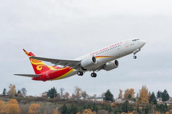中国民航网 通讯员张健 报道:美国西雅图时间11月18日, 海南航空控股股份有限公司(简称海南航空)在西雅图接收了首架波音737 MAX 8飞机并调机回国,737 MAX首飞将执飞11月25日海口-北京HU7181航班。这是波音公司向中国内地航空公司交付的第二架波音737 MAX飞机, 由此海南航空成为全球第10家拥有波音737 MAX飞机的航空公司,预计11月末海南航空将再接收一架波音737 MAX 8飞机。  海南航空首架波音737 MAX 8飞机 海南航空相关负责人表示,海南航空波音737 M