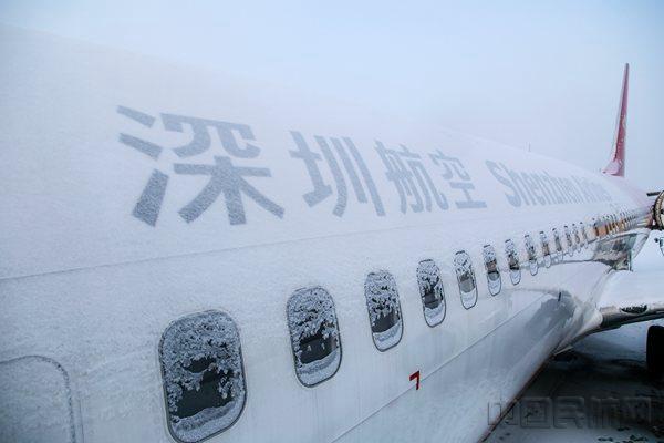 风雪机务人 拳拳护鹏心  哈尔滨的冬季,气温总徘徊在零下20来度。有这样一群人,他们承受着刺骨的寒风,坚守在航班安全运行的第一线。他们就是飞机医生机务人员。  机务人员大多都是倒班制,没有周六日的概念,逢年过节便是最忙碌的时候。   在机坪保障飞机,遇上大风大雨天,八面来风,即使穿上雨衣,照样全身浇透。  凌晨四点多,早班机务人(航线维护)便得起床准备上班,一直得忙碌到晚上21点下班(中间会轮流小休)。晚班则21点上班,一直通宵忙碌至早上6:30下班。  早出晚归,迎来送往,每天和飞机万千零部件打着