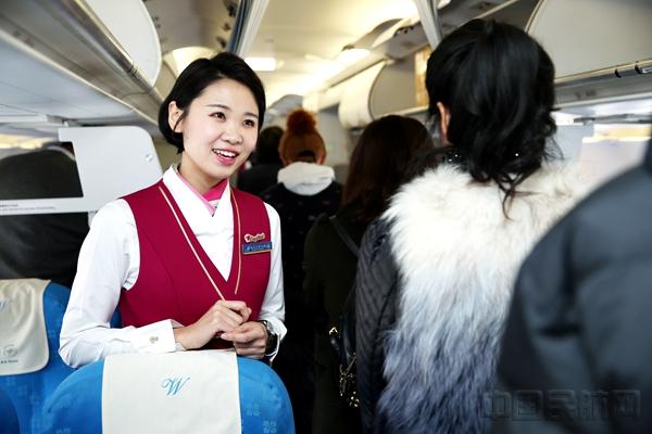资料图:王有勉 摄影 南航乘务员欢迎旅客登机.jpg