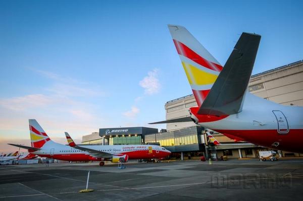 中国民航网讯:美国时间3月16日,两架喷涂有祥鹏航空标志的波音737-800型飞机在美国西雅图波音交付中心完成交付,起飞前往中国。 这是祥鹏航空自主引进的全新波音737-800型飞机,自此祥鹏航空机队规模达到47架。  两架飞机于当地时间16日9时许从美国西雅图波音机场起飞,预计于北京时间19日14时许在中国天津滨海国际机场降落,并于20日凌晨抵达祥鹏航空主运营基地昆明长水国际机场。 据了解,祥鹏航空此次引进的两架B737-800飞机注册号分别为B1208、B1209,均采用189座全经济舱布局以及最新窄