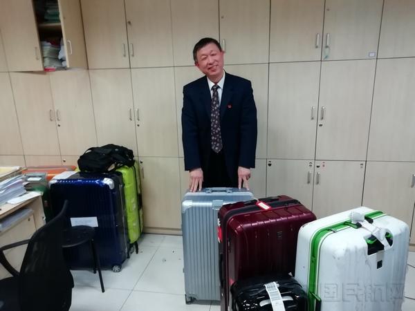 张启亮和他练手修理的部分行李箱.jpg