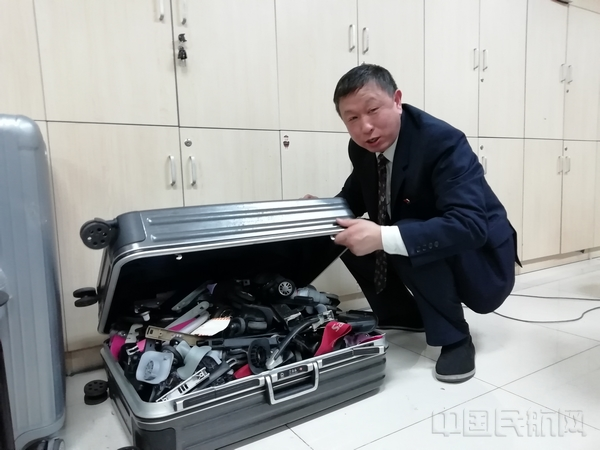 张启亮和他练手修理的部分行李箱-2.jpg
