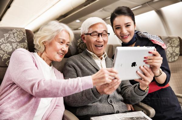 nEO_IMG_空中wifi为东航旅客提供了更好的客舱体验,也能在必要时为乘务员提供支持.jpg