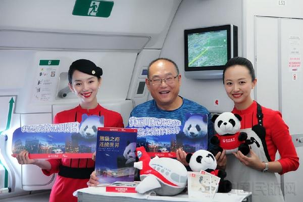 随后分别执飞了由成都飞往北京的3u8881,3u8883两个熊猫主题航班,机上