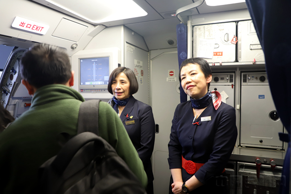 从第一班飞行到谢幕春运 她们的笑容44年未改