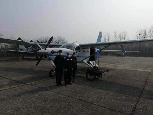 2月3日,14時16分(fen),湖北楚(chu)天通航大棕熊飛機飛往南京祿口機場,在(zai)南京裝載卓爾集團(tuan)捐贈湖北的100台呼吸機後,迅速支援武漢。 (1).jpg