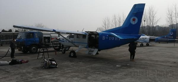 2月3日,14時16分(fen),湖北楚(chu)天通航大棕熊飛機飛往南京祿口機場,在(zai)南京裝載卓爾集團(tuan)捐贈湖北的100台呼吸機後,迅速支援武漢。 (2).jpg