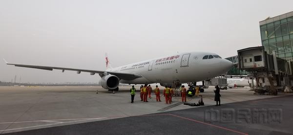 东航上海飞行部接回147名滞留新加坡鄂籍同胞返家
