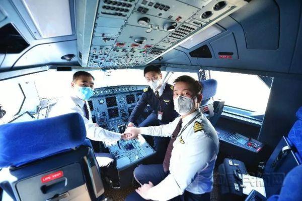 準備出發的包機飛行員團隊-東航上海飛行部供圖_副本.jpg