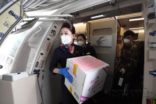 """""""坐这飞机一起回上海"""" 逆行的民航人与白衣天使心连心"""