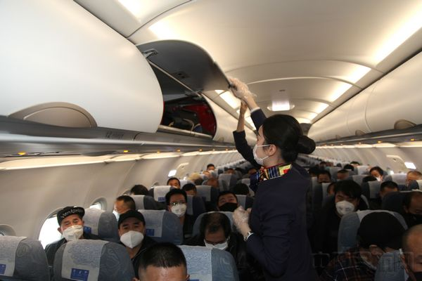 CA4011航班乘��T�z查行李.JPG