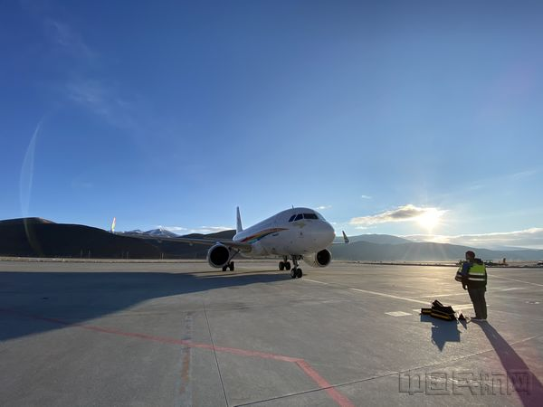 复工包机航班抵达昌都机场.jpg