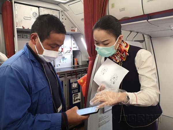 西部航空乘务员指导复工旅客申请渝康码_副本.jpg