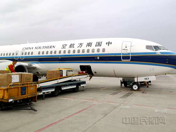 """南航在新疆执行首班""""客改货""""航班 6吨医疗物资运往巴基斯坦"""