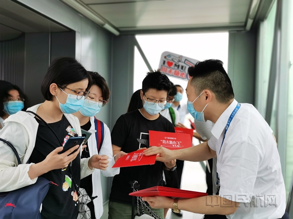 抵达重庆的东航随心飞旅客收到出行礼包-东航供图_副本.jpg