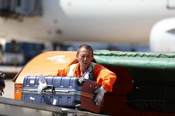 酷暑高溫 東航人用汗水和辛勞保障每一班航班