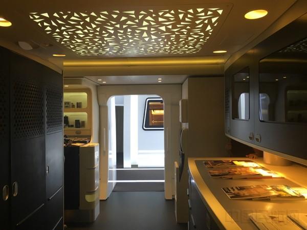 """""""阿拉伯现代主义""""设计的飞机客舱厨房屋顶(光琪凝/摄)"""