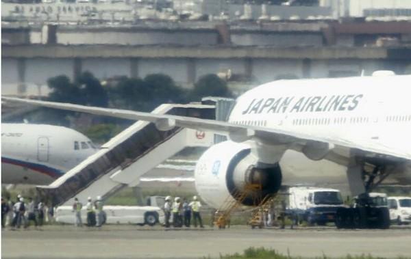 日本航空公司一架波音777客机5日因碰撞飞鸟导致引擎起火,紧急迫降在东京羽田机场。机上人员无人受伤。 据共同社当天报道,这架JAL006航班当地时间5日11时(北京时间5日10时)从羽田机场起飞前往美国纽约。起飞不久,发现飞机左翼引擎起火,随即紧急折返,于12时许迫降在羽田机场。  报道援引日本航空公司的话称,引擎起火是碰撞飞鸟所致。机上248名乘客及机组人员无人受伤。 日本国土交通省说,受该事故影响,羽田机场临时关闭了一条跑道。(记者沈红辉)