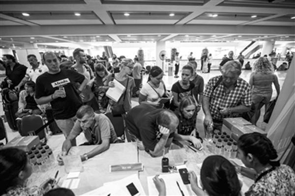 巴厘岛火山灰令机场延长关闭 大量游客受困岛上