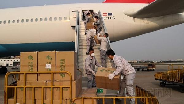 在厦门机场,地面装载人员组成流水线向客机客舱装运物资-汉莎供图_副本.jpg