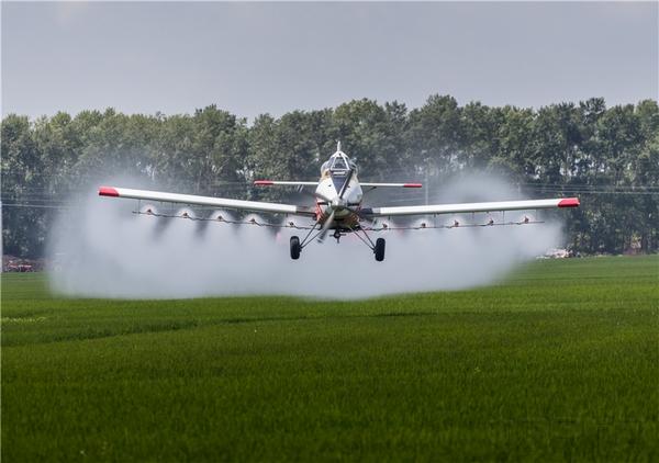 难怪有人说,农业飞行的训练要求高,离地五米左右的目视飞行,留给人