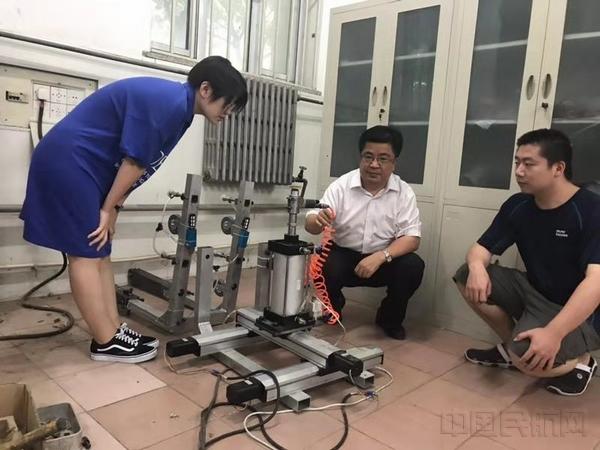 在实验室与研究生一起研讨漆面打磨机相关事宜.jpg