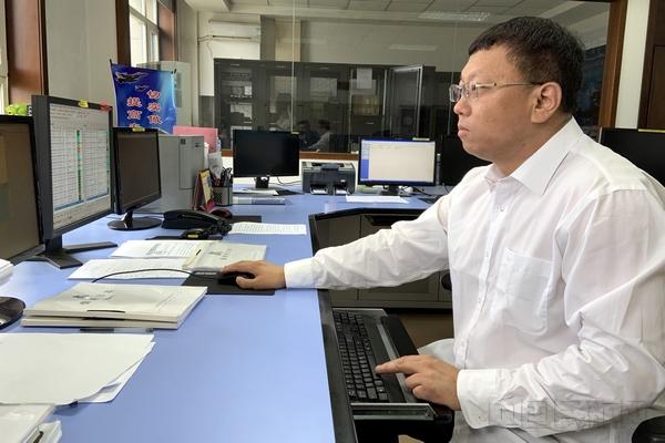 王毅:工作中校对各项数据,确保正确.jpg