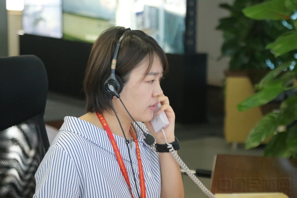 机务部门在电话中申请作业,机坪管制员郝瑞芬通过电话有条不紊的进行协调。.jpg